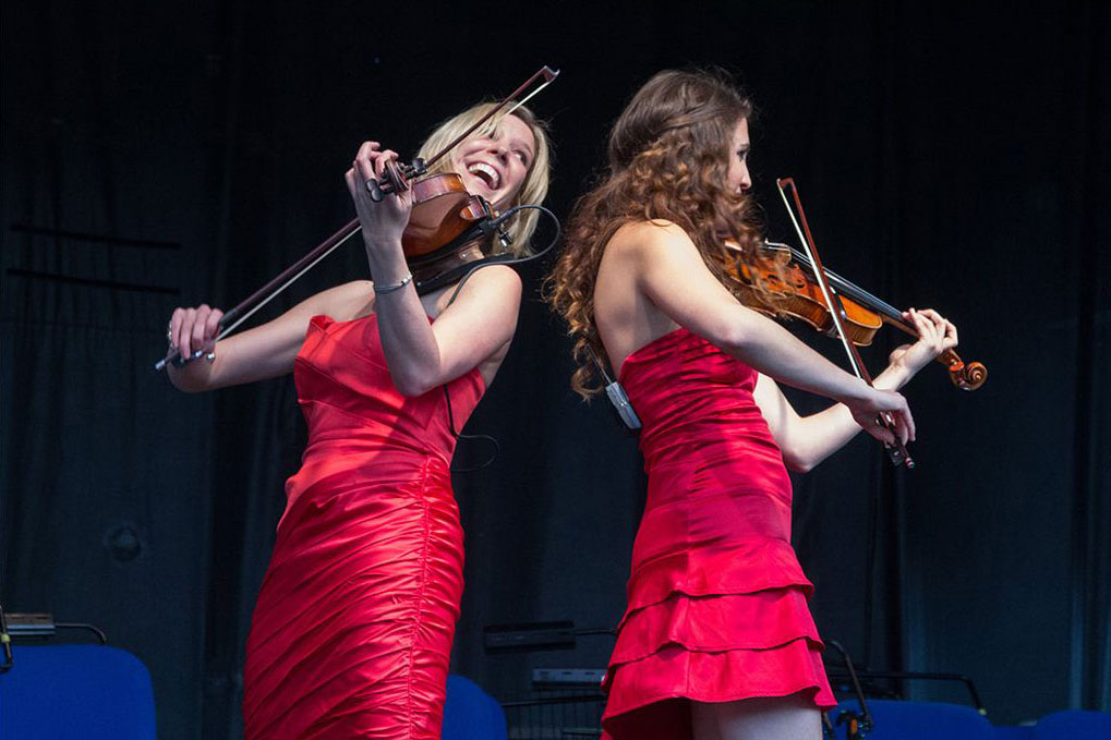 Elektra Violin Duo performing
